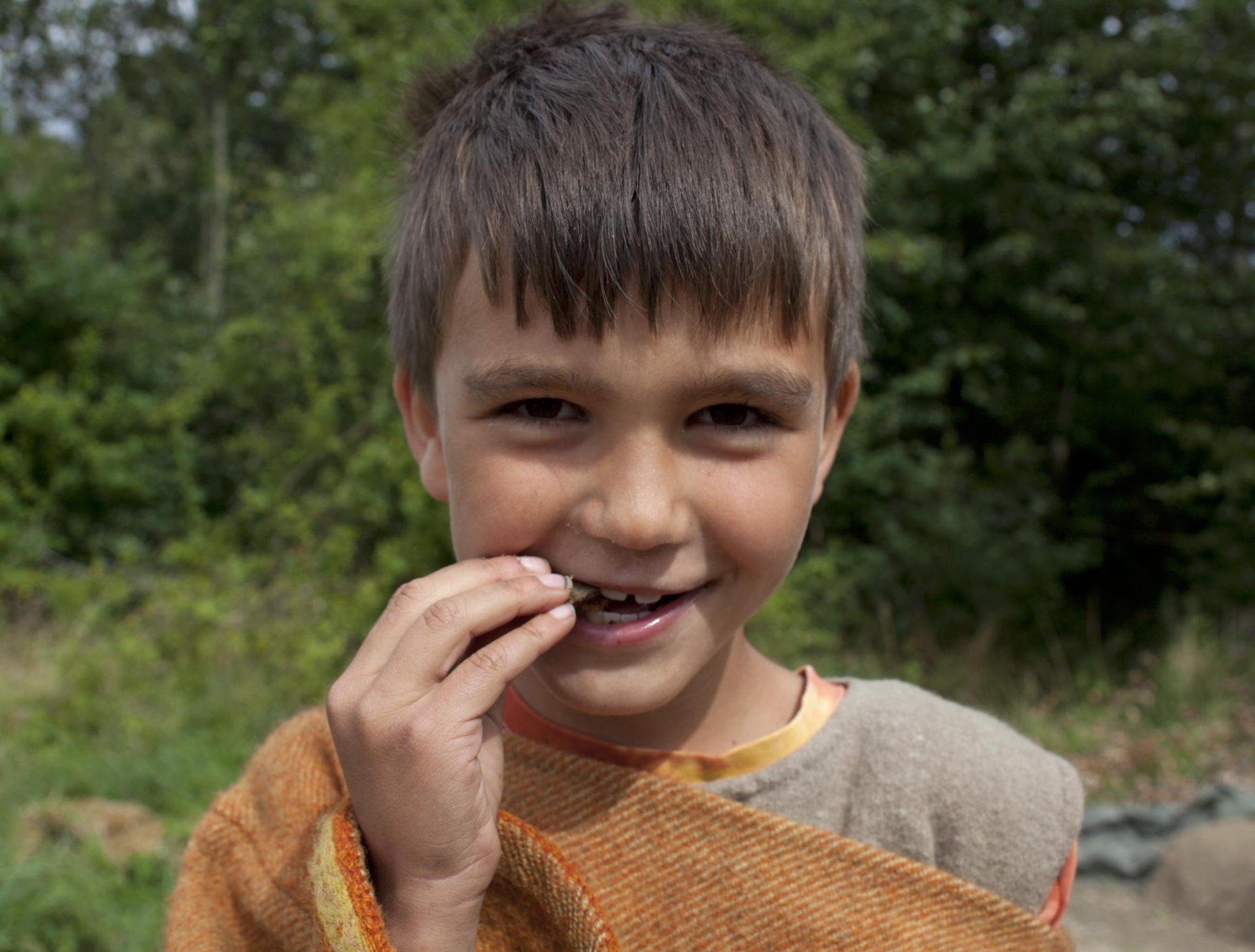 dreng i tøj fra jernalderen