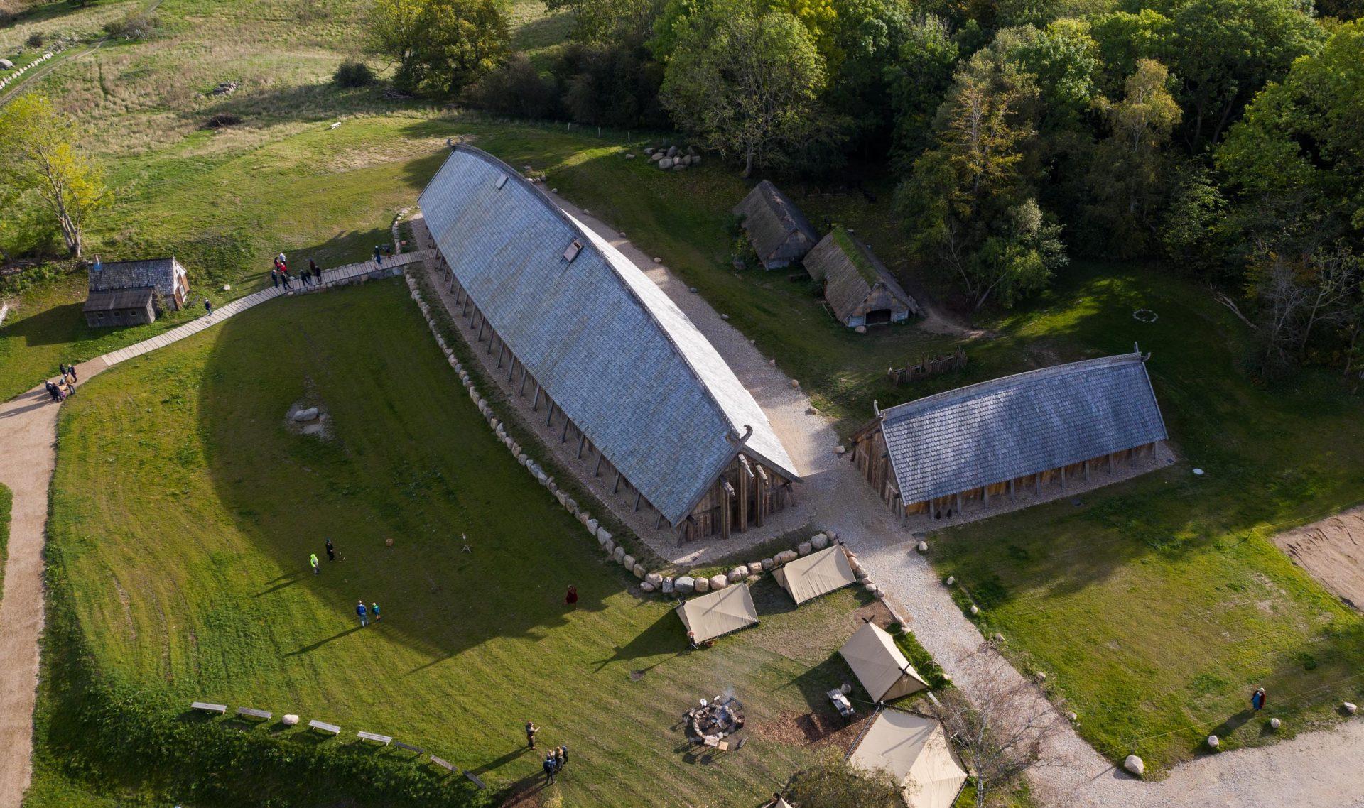 kongehallen-i-sagnlandet-lejre-som-den-ser-ud-i-landskabet-netop-nu-2-1920x1280